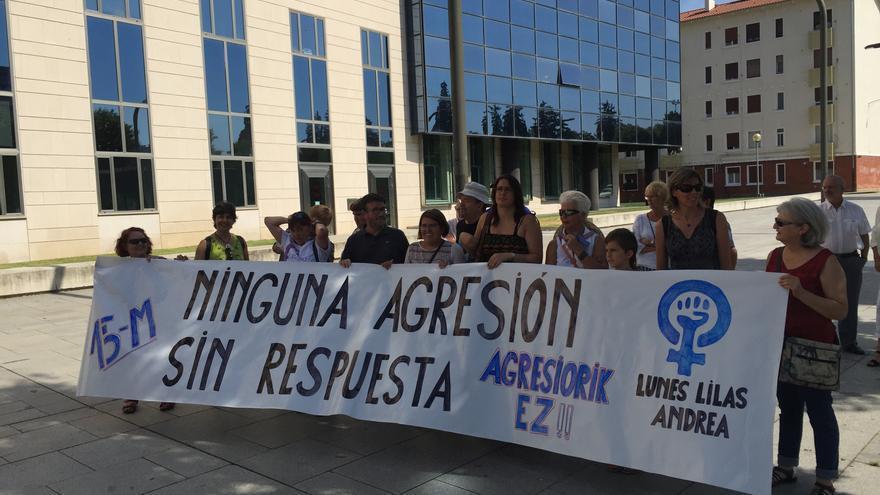 Concentración de repulsa por la violación frente a los juzgados de Pamplona.