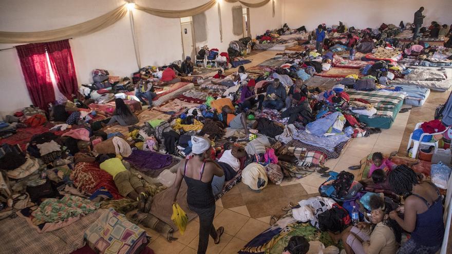 El albergue habilitado en la iglesia evangelista Embajadores de Jesús ofrece servicio a más de 400 personas de origen haitiano y africano.