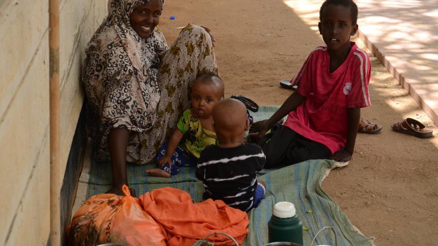 Una mujer espera junto a sus hijos a ser atendida en el hospital de Médicos Sin Fronteras en el campo de refugiados de Dadaab. / Sabina de Vicente.