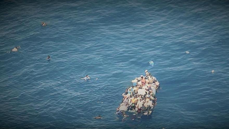 ONG alerta de un naufragio en curso frente a Libia con migrantes en el agua