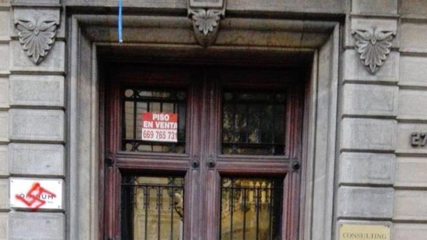 La puerta de la sede de Òmnium, pintada con símbología nazi