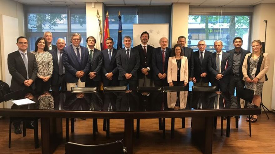 Foto tras una reunión de la APEB, con la participación de Asprocan, en la ciudad de Bruselas, este miércoles