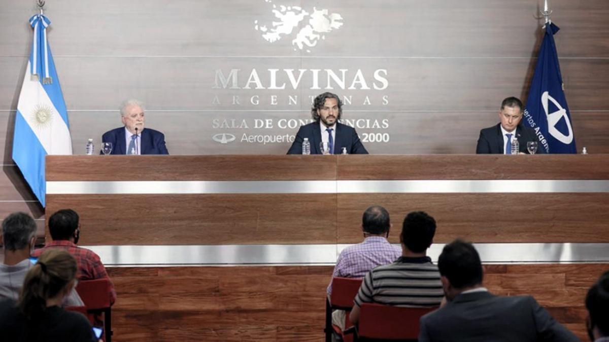 El ministro de Salud, Ginés González García, en conferencia de prensa en Ezeiza con el jefe de Gabinete, Santiago Cafiero, y el embajador ruso en Argentina, Dmitry Feoktistov