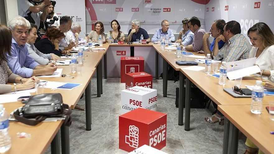 La candidata del PSC-PSOE a la presidencia del Gobierno de Canarias, Patricia Hernández (2i), junto al secretario general del partido socialista canario, José Miguel Pérez (c), en un momento de la reunión de la ejecutiva regional de PSOE. (EFE/Ramón de la Rocha).