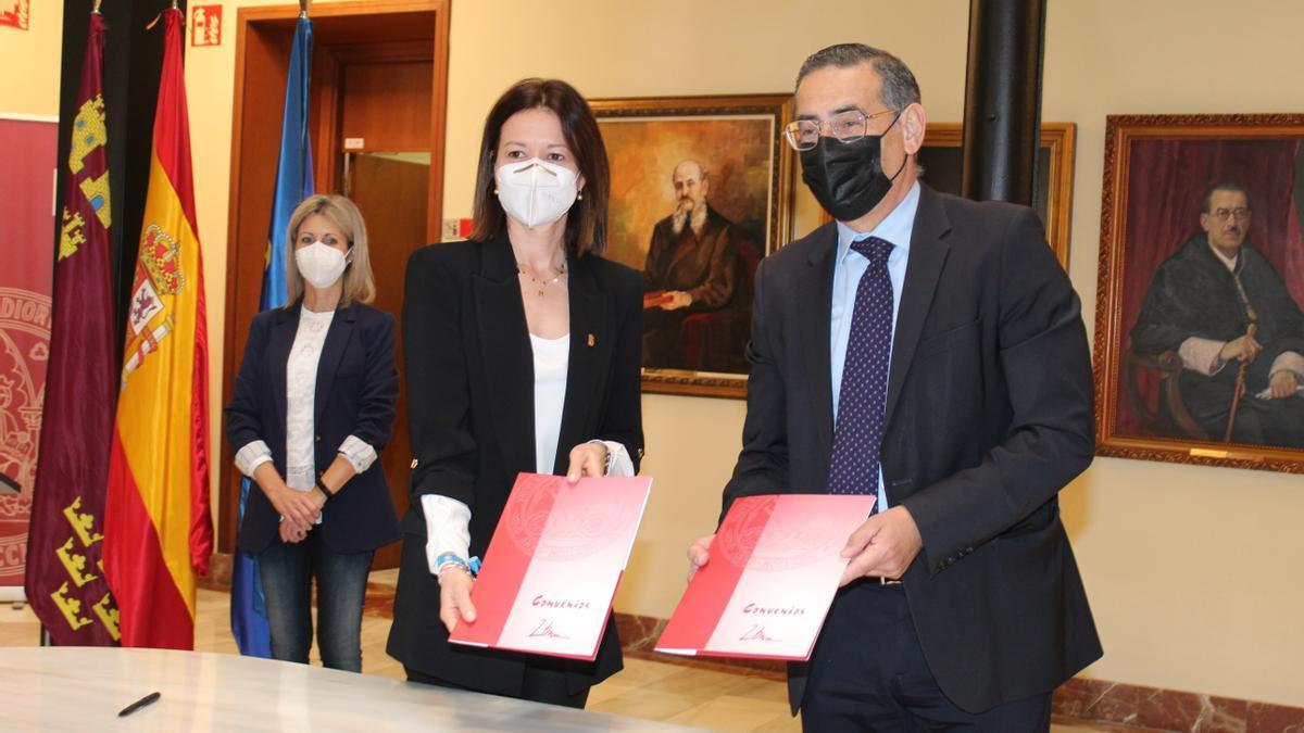 El rector de la UMU, José Luján, y la alcaldesa de Águilas, Mari Carmen Moreno