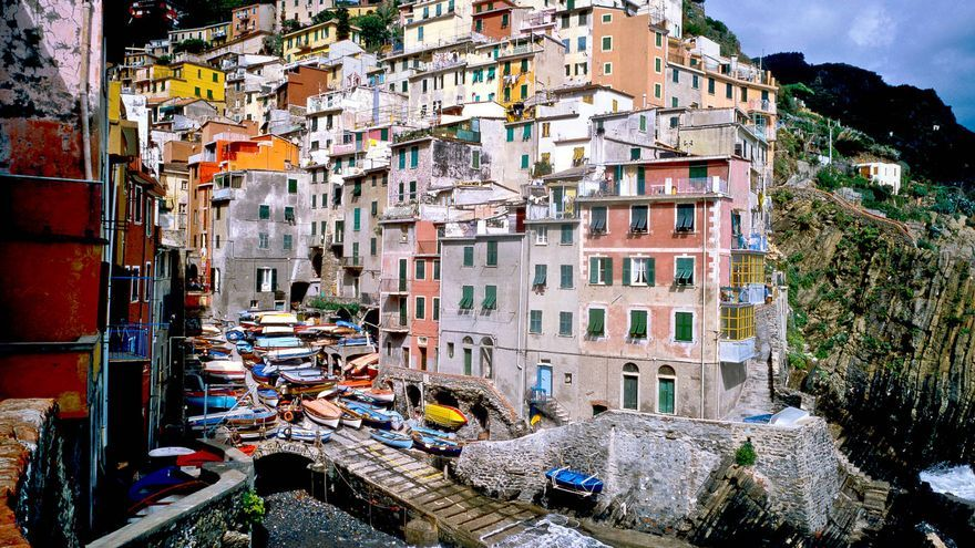 Embarcadero de Riomaggiore enclaustrado entre las casas del pueblo.