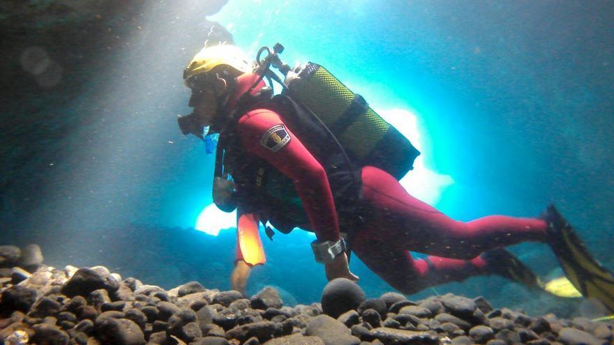 En la imagen, un submarinista del Grupo de Rescate Subacuático de Bomberos La Palma revisando el fondo marino del Charco Azul, en San Andrés y Sauces. Foto: BOMBEROS LA PALMA.