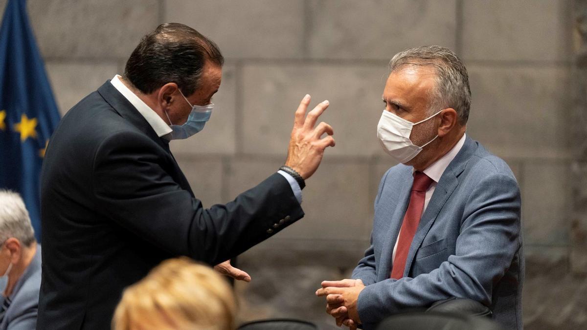El presidente del Gobierno de Canarias, Ángel Victor Torres, (d) saluda al consejero de Sanidad, Blas Trujillo (i), instantes previos a la celebración del Consejo de Gobierno de este 29 de abril