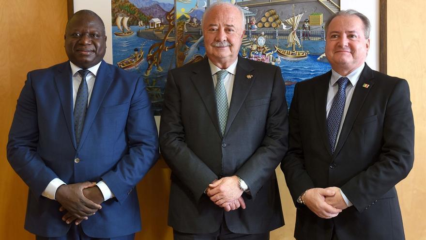 Ricardo Melchior (centro), presidente de la Autoridad Portuaria tinerfeña, junto a los representantes de Mali
