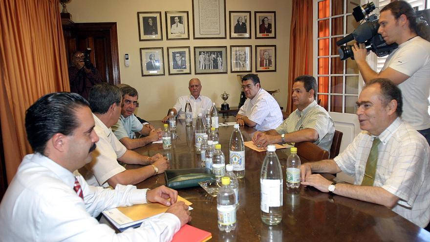 Manuel García Navarro, al frente de un Consejo Administración de la UD en 2004.