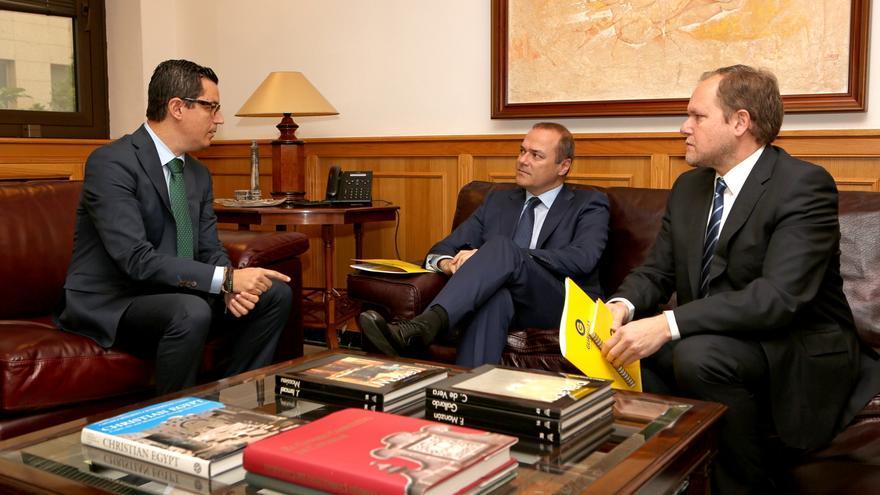 El vicepresidente del Gobierno de Canarias, Pablo Rodríguez; el alcalde de Las Palmas de Gran Canaria, Augusto Hidalgo; y el concejal de Movilidad y Ciudad de Mar, José Eduardo Ramírez
