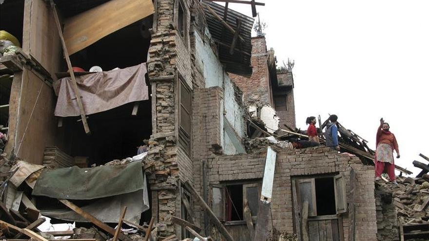 Rescatan a una mujer tras 128 horas bajo los escombros en Nepal