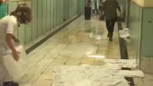 Estalla una tubería de la calefacción del pasillo general de las Urgencias del Hospital 12 de Octubre de Madrid.