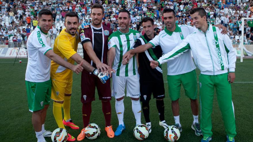 Luso, el primero por la izquierda, en la presentación de camisetas. FOTO: MADERO CUBERO