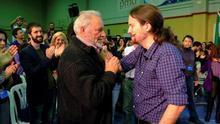 El histórico ex líder de IU, Julio Anguita, junto a Pablo Iglesias, en la última campaña electoral.