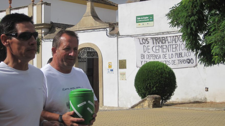 Trabajadores de los cementerios de Córdoba inician la carrera de relevos con una urna funeraria en protesta por la privatización de la empresa.