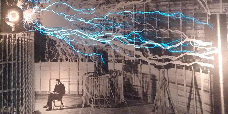 Uno de los carteles de la exposición sobre Tesla | SOMOS MALASAÑA