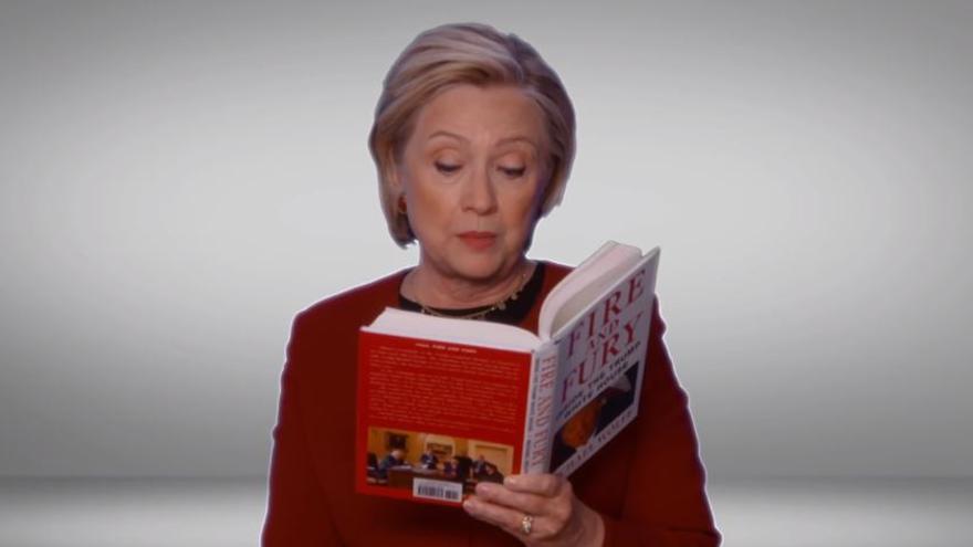 La demócrata Hillary Clinton lee un pasaje del polémico libro sobre el presidente Trump.