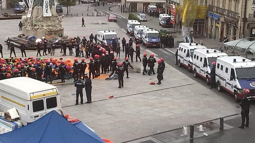 Un total de 15 detenidos y 17 ertzainas atendidos por diferentes lesiones en la operación contra Segi en Vitoria