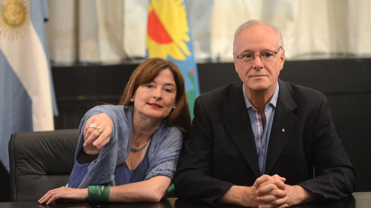 Estela Díaz, ministra de Mujeres, Políticas de Género y Diversidad Sexual, junto a Daniel Gollán, ministro de Salud de la Provincia.