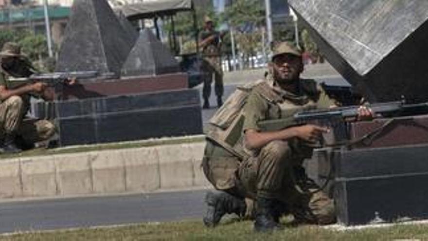 El Ejército paquistaní libera a 25 rehenes de un cuartel general tomado por los talibanes