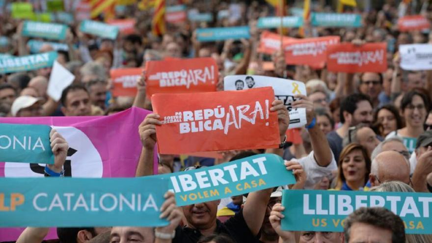 Manifestantes reclaman la libertad de Sánchez y Cuixart, en el Paseo de Gracia, el 21 de octubre.