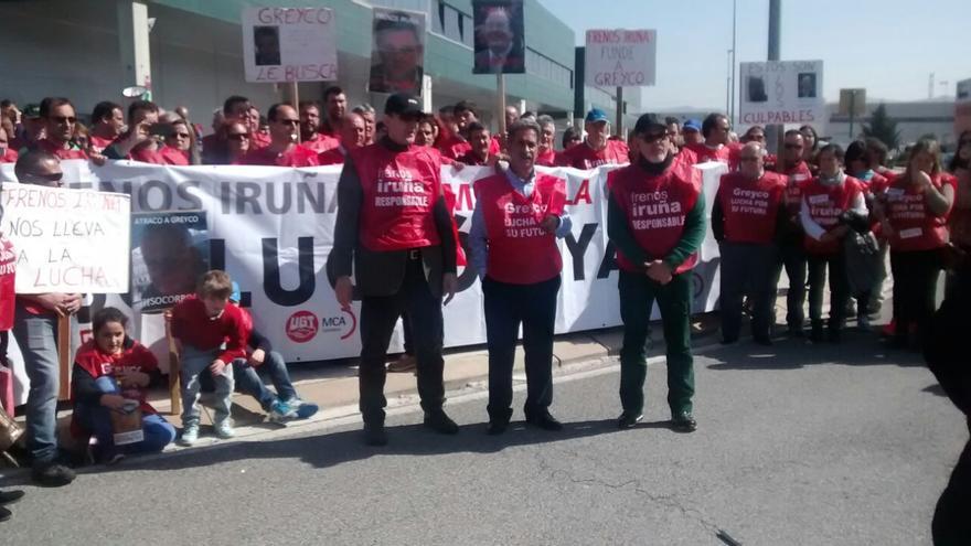 Miguel Ángel Revilla y José Antonio González Linares se han concentrado junto a los trabajadores de Greyco en la sede de Frenos Iruña en Pamplona.