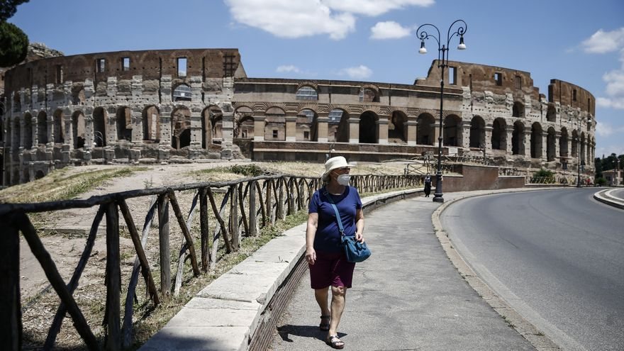 Una mujer pasea cerca del Coliseo romano el 1 de junio de 2020.