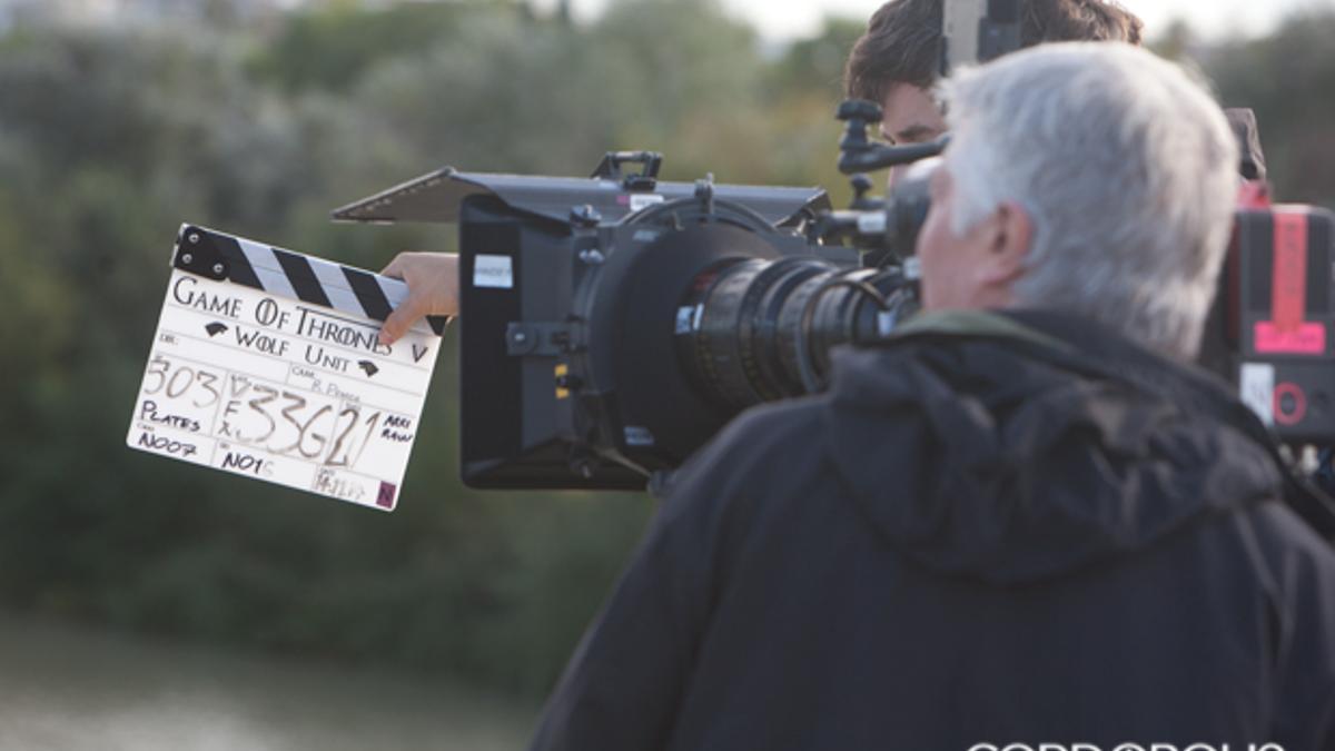 Claqueta y cámara de rodaje, sobre el Puente Romano