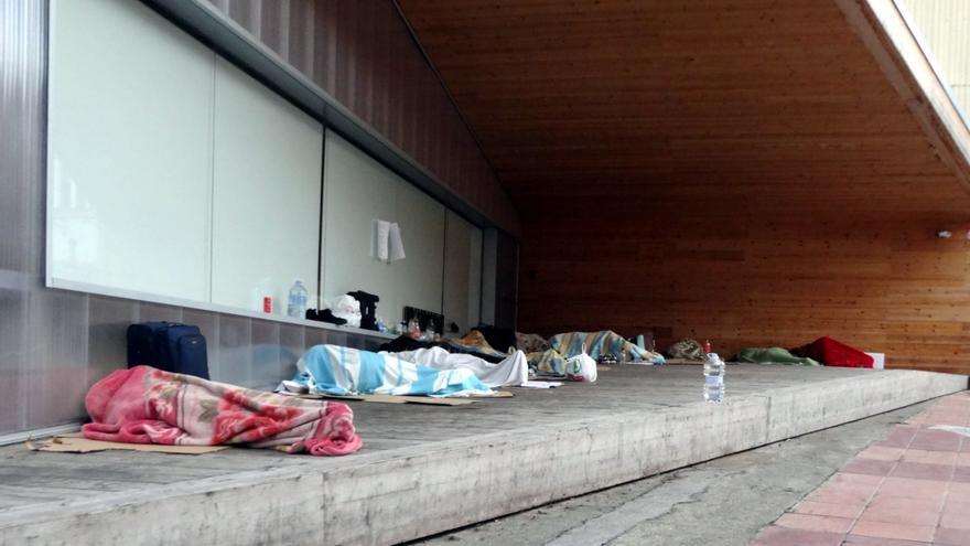 Temporeros durmiendo en el centro de Lleida el pasado 17 mayo.