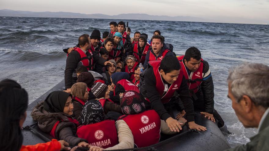 Una lancha llega a las costas de Lesbos este miércoles, una de las jornadas más mortales hasta la fecha / Santi Donaire