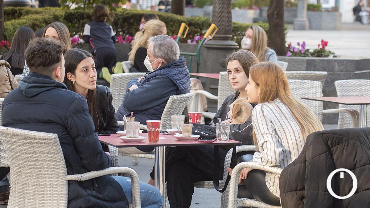 Gente sentada en las terrazas de los bares de las Tendillas