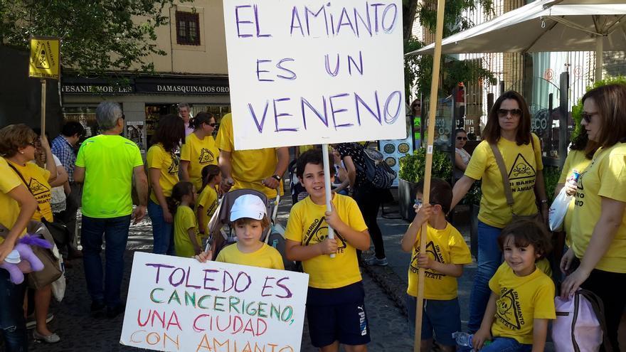 Niños en la concentración contra el amianto ante la Presidencia de la Junta