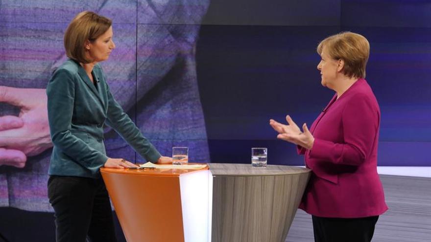 """Merkel defiende concesiones """"dolorosas"""" a socialdemócratas"""