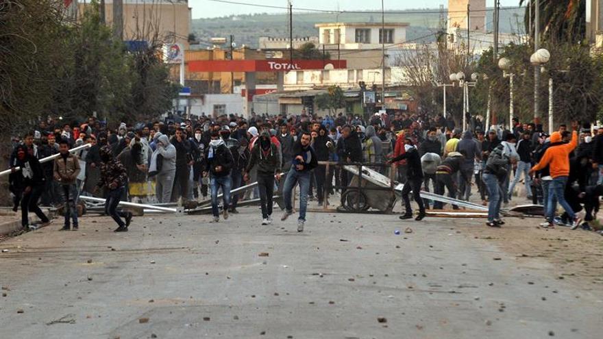 Tercera noche de protestas en Túnez, donde aumenta el despliegue policial