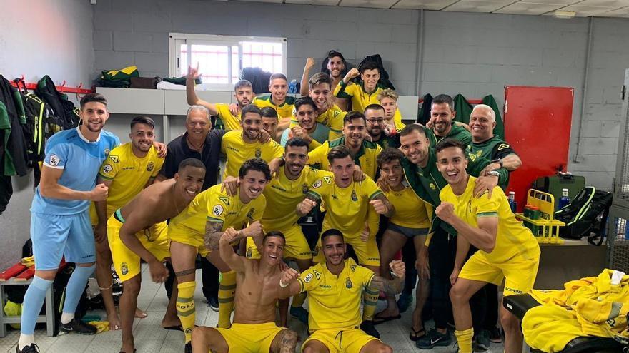Los jugadores del filial celebrando la permanencia el pasado mayo