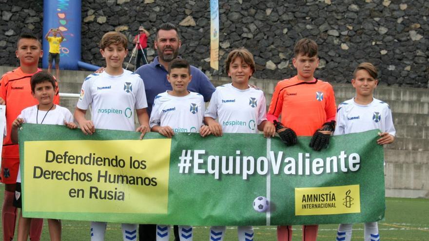 Los jugadores del Unión Breñas con la pancarta de Amnistía Internacional.