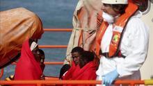 Rescatan a 11 inmigrantes de una patera volcada en el Estrecho