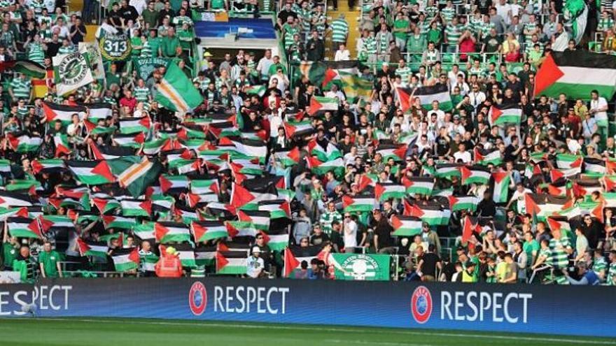 Los aficionados del Celtic enarbolan banderas palestinas a pesar de la prohibición de la FIFA el pasado agosto.