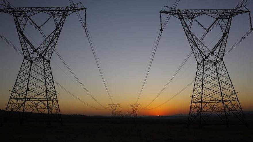 El recibo eléctrico sube un 3,9 % en diciembre pero cae un 9,8 % en el año