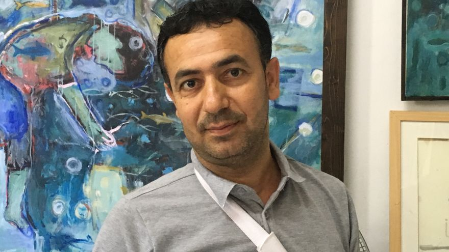 Raed Issa en su estudio artístico en Gaza