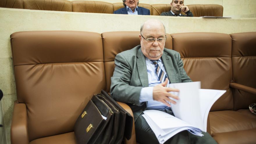 Juan José Sota, consejero de Economía de Cantabria, en el Parlamento.   JOAQUÍN GÓMEZ SASTRE