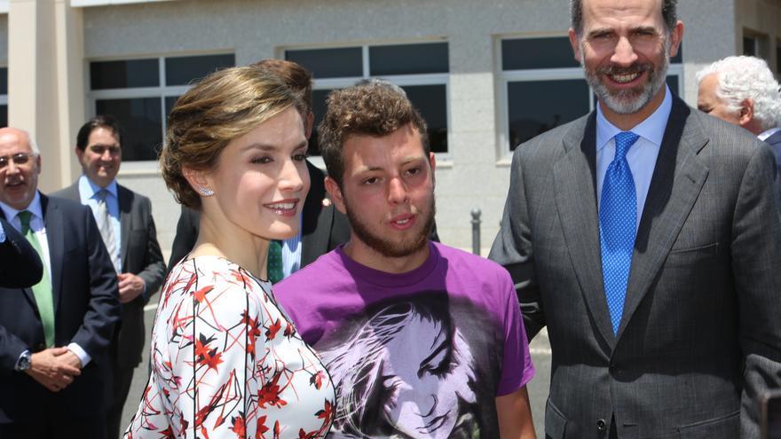 La reina Letizia y el rey Felipe VI se hacen una fotografía con un asistente en Taliarte