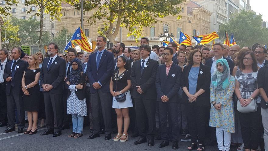 El presidente Ximo Puig, en la manifestación de Barcelona, a la derecha, detrás de Ada Colau.