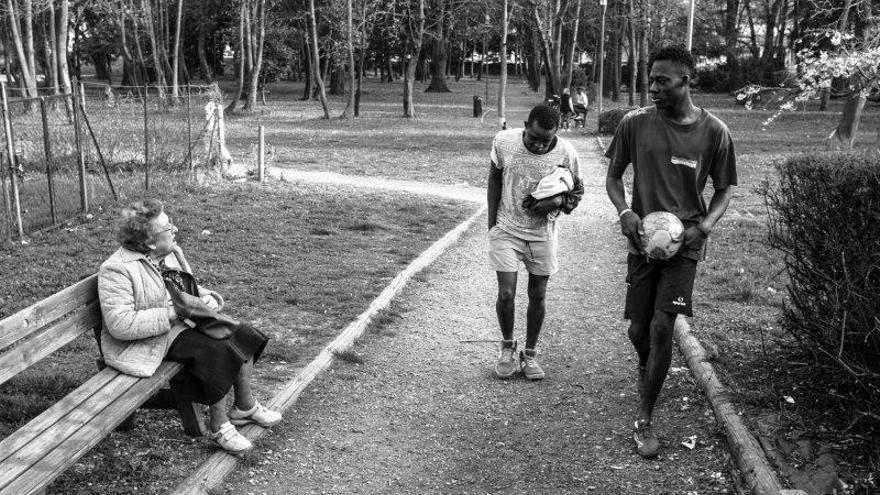Malick y Muhammed, de Senegal, regresan a casa después de jugar al fútbol en un parque situado cerca del lugar donde viven