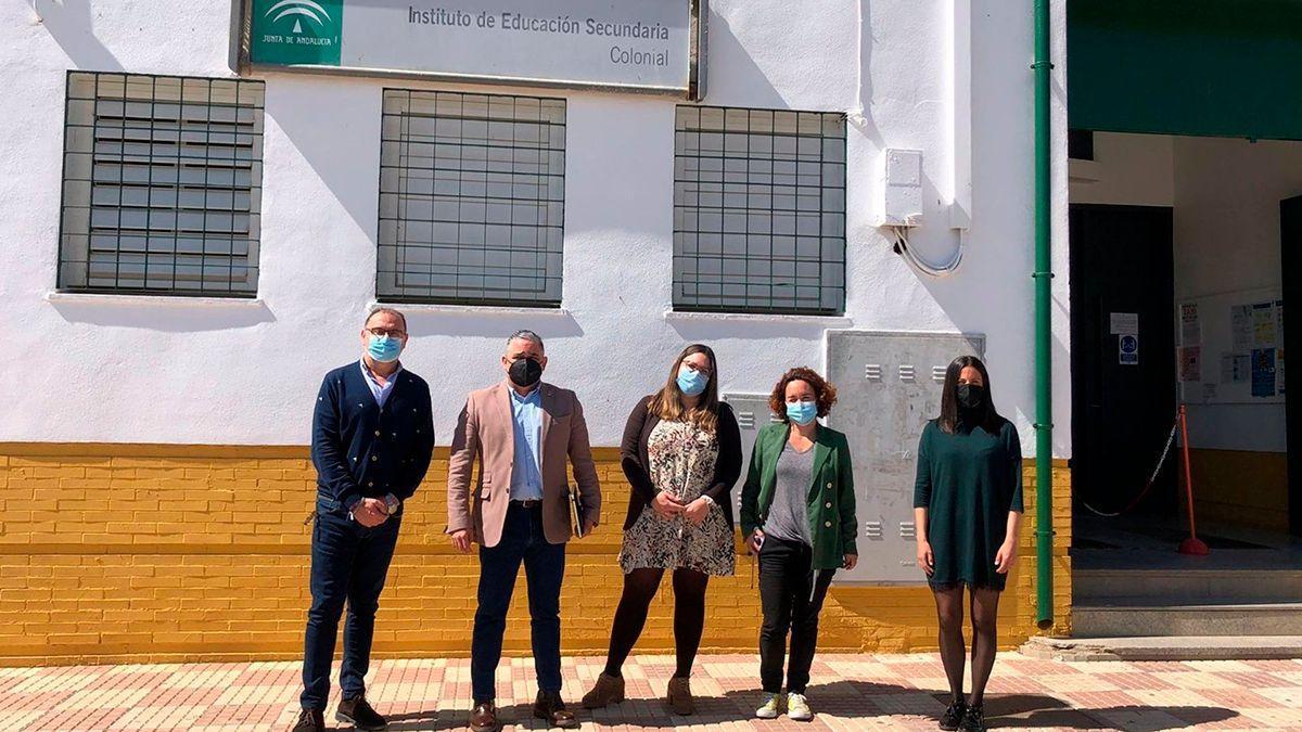 Naranjo e integrantes de IU en Fuente Palmera en el IES Colonial.