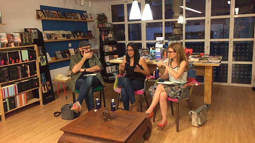 La escritora Mónica Ojeda en el centro, acompañada por el escritor Miguel Ángel Hérnandez y la artista Tatiana Abellán