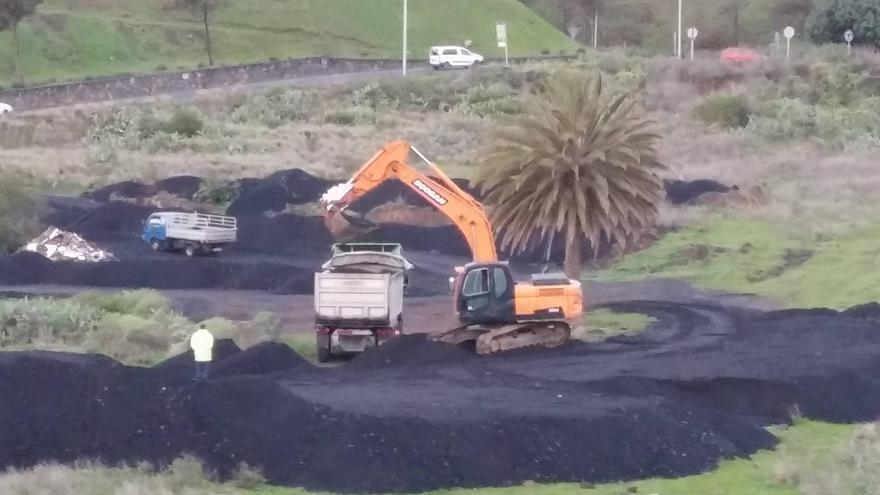 Zona de acumulación de asfalto, posiblemente para el reasfaltado de la autopista TF-5