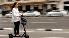 Tráfico estudia prohibir el uso de patinetes por la acera y circular a más de 25 km/h