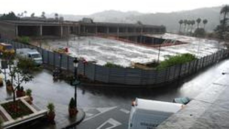 Centro comercial de Santa Brígida, conocido como el mamotreto, paralizado.